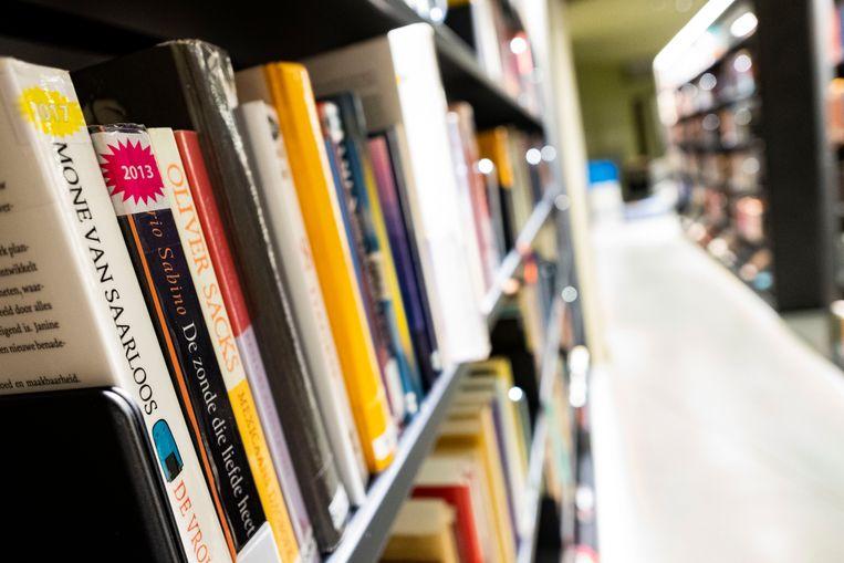 De bib verkoopt een aantal boeken.