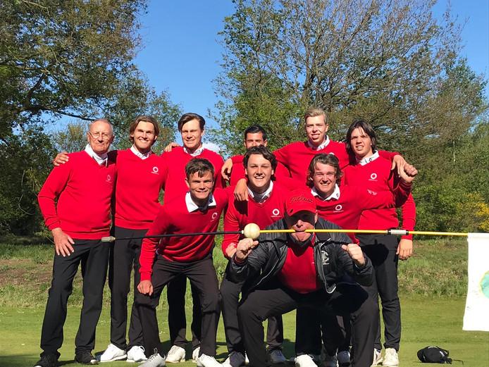 Het team van golfclub Rosendaelsche, dat zich plaatste voor de play-offs van de competitie in de hoofdklasse.
