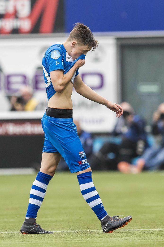 Ryan Thomas verlaat geblesseerd het veld bij PEC Zwolle.