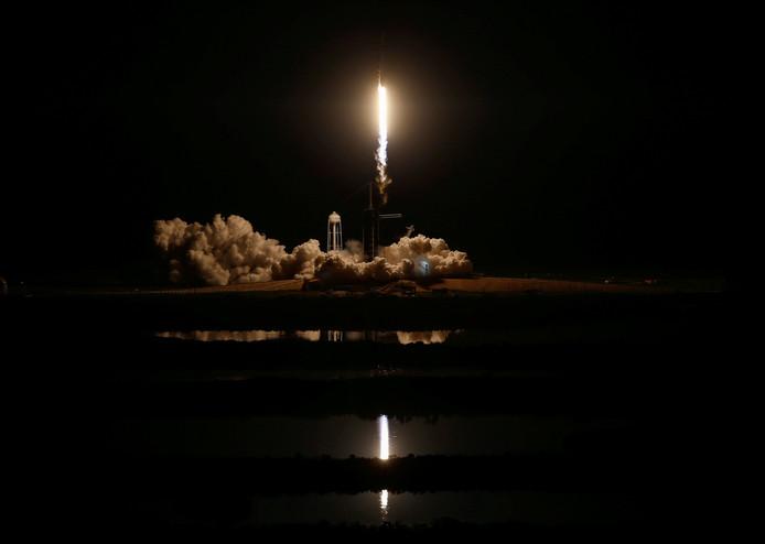 De Crew Dragon-capsule scheert vanaf Cape Canaveral de ruimte in met een SpaceX Falcon 9 raket.