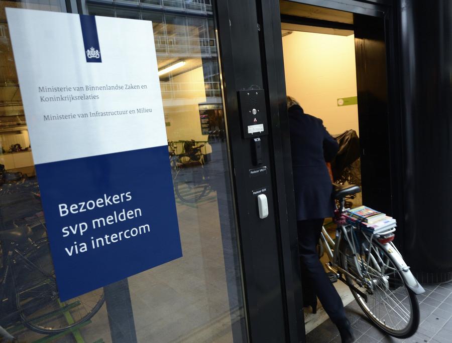 Rookbom in hal ministerie van binnenlandse zaken foto ad.nl