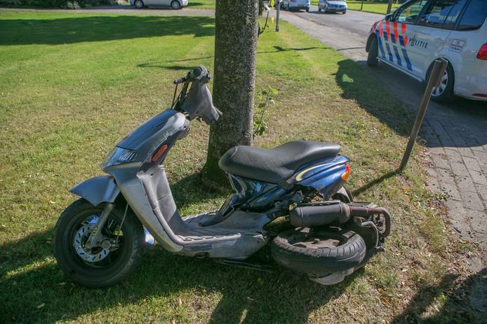 Het achterwiel van de scooter is door het ongeval afgebroken.