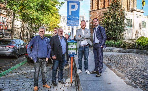Schepen van Mobiliteit Eddy Van Muysewinkel (LDD) en burgemeester Jean-Marie Dedecker (LDD) van Middelkerke, samen met schepen van Mobiliteit Axel Weydts (sp.a) en burgemeester Vincent Van Quickenborne (Team Burgemeester), bij de shop & go plaatsen op de Grote Markt in Kortrijk.
