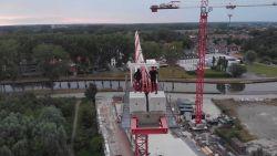 Levensgevaarlijk: tieners beklimmen werfkraan en filmen stunt met drone