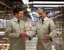 Designer Alex Innes (links) aan het werk in de fabriek van Rolls-Royce in het Engelse Goodwood