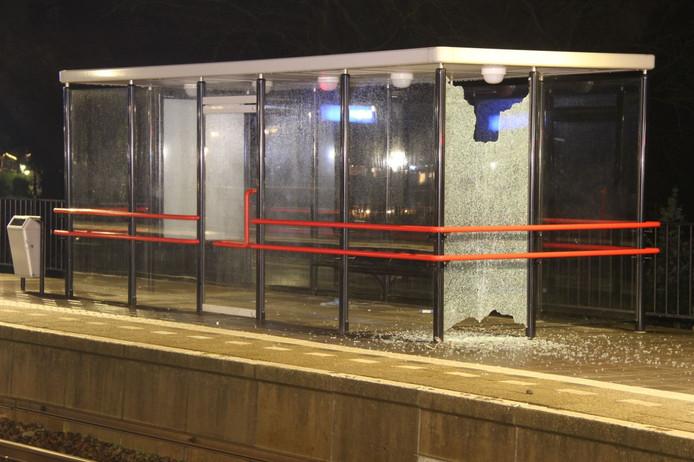Het raam van een wachthokje sneuvelde door rondvliegende onderdelen van de aangereden fiets.