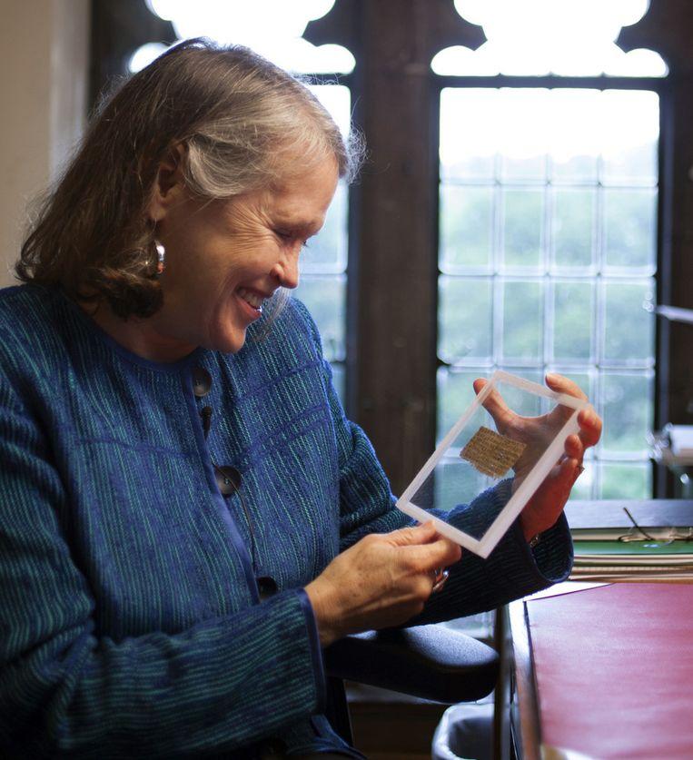 Professor Karen King toont het zeer kleine document. Beeld AP
