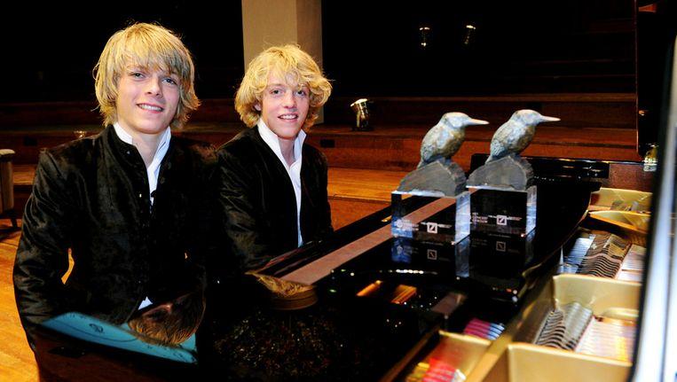 Arthur (L) en Lucas Jussen, de twee pianospelende broers uit Hilversum, poseren woensdag achter een piano nadat ze de Concertgebouw Young Talent Award in ontvangst hebben genomen in Amsterdam. ©ANP Beeld