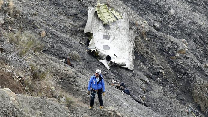 Een reddingswerker bij een van de grootste brokstukken.