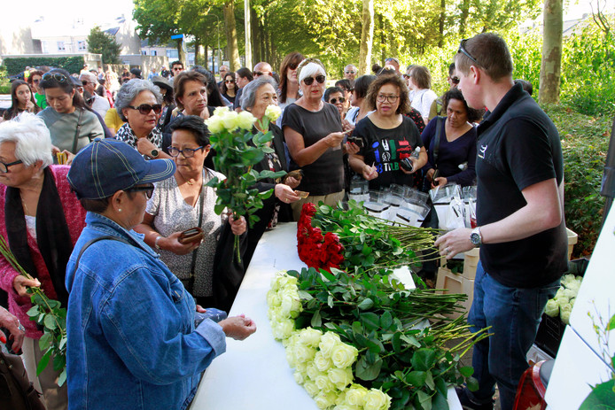 De Molukse gemeenschap vraagt met een bloemenhulde hulp van de overledenen.