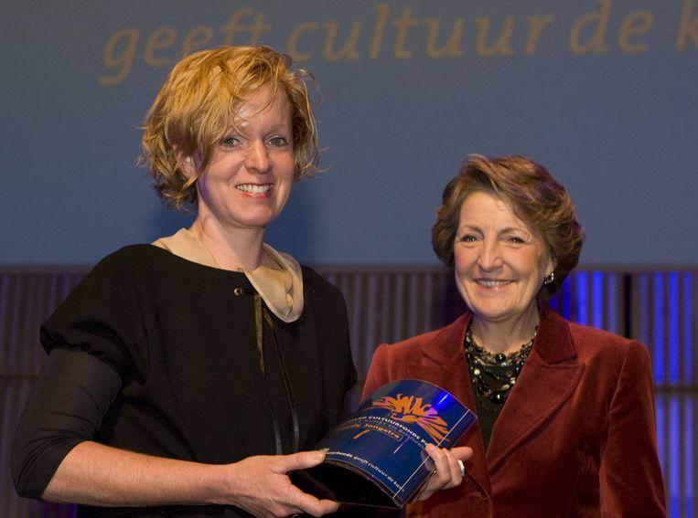 Prinses Margriet (r) overhandigde in 2008 de Prins Berhard Cultuurfonds Prijs voor Toegepaste Kunst en Bouwkunst aan Claudy Jongstra (l). Beeld anp