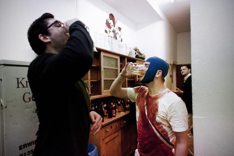Na de mensuur: de Bierjunge, het samen achterover slaan van een halve liter bier. Beeld Willem Sluyterman van Loo