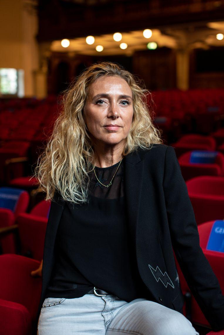 Schrijfster Wanda Bommer in de Koningin Maxima-zaal in het Koninklijk Instituut voor de Tropen (KIT) Beeld Nosh Neneh