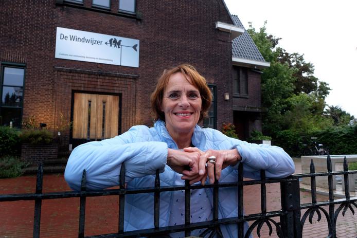 Directeur Marry Broek van Stichting Aanzet verwelkomt de scholieren maandag.