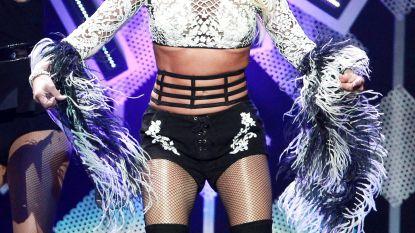 She did it again: Britney Spears loopt twee minuten met een nipple slip op het podium