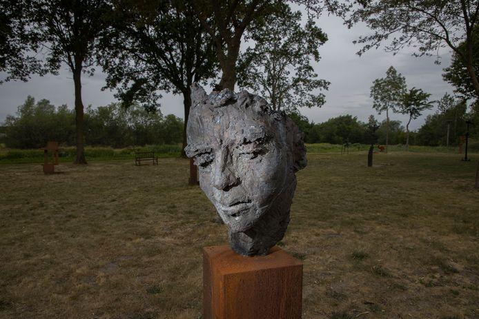 Een van de bronzen koppen van Ellen Beljaars in Oirschot.