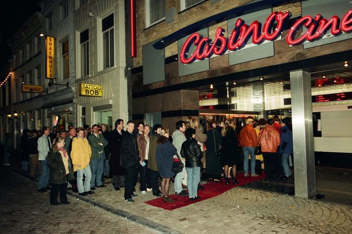 Oud beeld van het pand in de Reigerstraat: bezoekers in de rij, hier voor de première van Pocahontas in 1995.