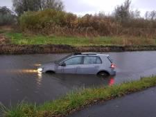 Auto te water in Vlaardingen, bestuurder klimt zelf op de kant