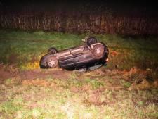 Automobilist gewond bij duik in droge sloot bij Dieren
