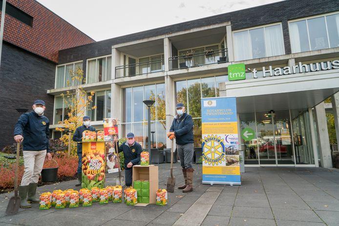 Leden van de Rotary Twenterand hebben 500 tulpenbollen geplant bij 't Haarhuus in Westerhaar. FOTO GERRIT MEIJER