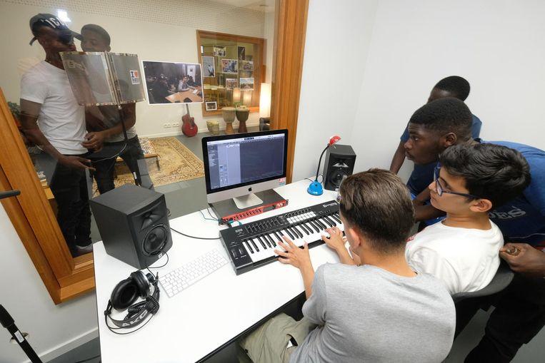 Enkele jongeren testen de nieuwe opnamestudio uit.