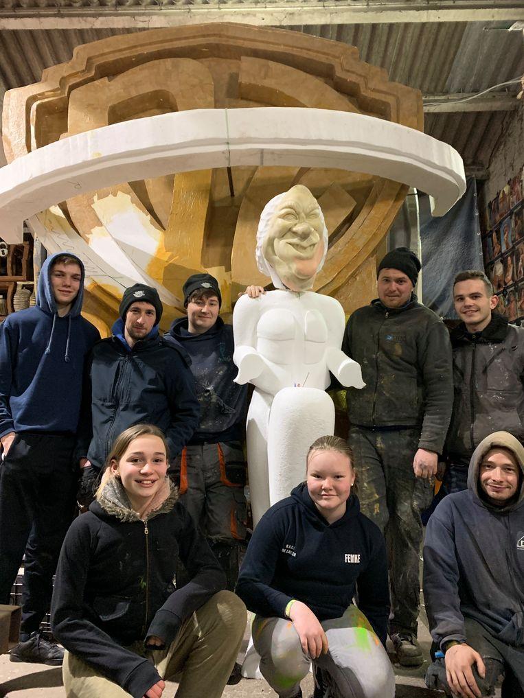 Enkele leden van carnavalsgroep De Zjielen bij hun carnavalswagen in opbouw met als thema 'We Werren Gefilmd'.