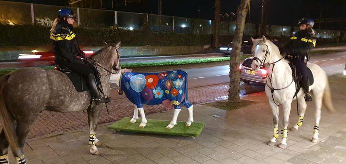 Koe Bertha in betere tijden voor de winkel Cows & More, met om haar heen nieuwsgierige politiepaarden.