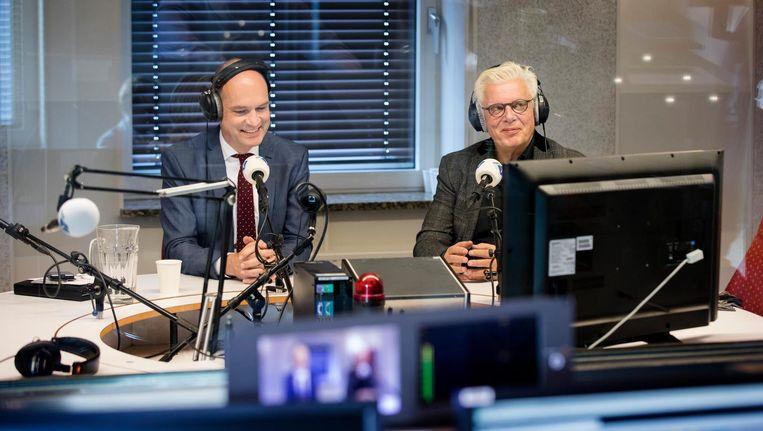 Omroepbaas Jan Slagter en Christen-Unieleider Gert-Jan Segers lichten het zilveren stembusakkoord toe bij Radio 1. Beeld anp