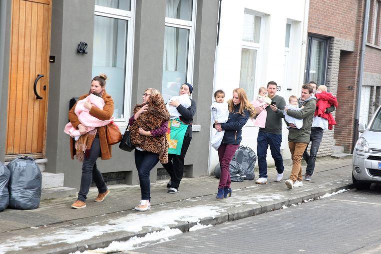 De jongste kindjes van het kinderdagverblijf op de OLV-site in Sint-Genesius-Rode werden goed ingeduffeld wanneer ze opnieuw naar de crèche overgebracht werden na de evacuatie.