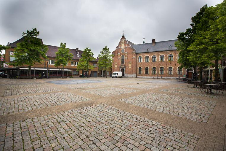 De fontein aan het Vrijthof in Bree werkte niet, omdat de kelder nog onder water stond.