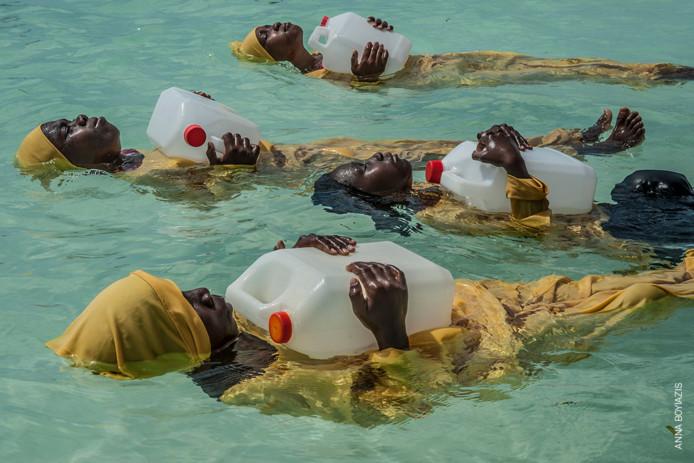 Een van de foto's uit de World Press Tentoonstelling van fotografe Anna Boyiazis: Van oudsher worden meisjes in de Zanzibar-archipel ontmoedigt om te leren zwemmen, met name vanwege de beperkingen van een conservatief islamitische cultuur en het gebrek aan bedekkende badkleding. In dorpen op het noordelijke puntje van Zanzibar geeft het Panje-project (panje betekent 'grote vis') lokale vrouwen en meisje echter de kans om te leren zwemmen in lange zwemkleding zodat ze het water in kunnen zonder hun cultuur of geloof te verloochenen.