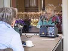 Ouderen tóch in contact met familie door supersimpel systeem: 'Deze mensen hebben recht op aandacht'