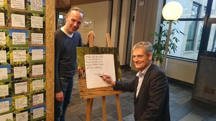 """Wethouder Erik Volmerink (met stift) wil graag zijn belofte met Overijssel delen: """"Koester het landschap en versterk het door samen te zorgen voor de juiste balans tussen gebruik en beleving."""""""