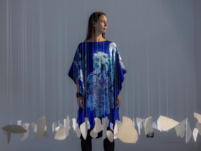 Kate Moore laat zich inspireren door het landschap. Om te band te benadrukken maakte zij bij het EKWC in Oisterwijk instrumenten van porselein. Foto Marco Giugliarelli