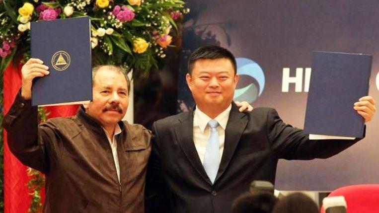 De Nicaraguaanse president Ortega (links) en de Chinese zakenman Wang Jing hebben in januari 2014 het contract getekend. Beeld