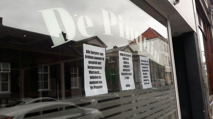 Het raam bij coffeeshop De Pinguin.
