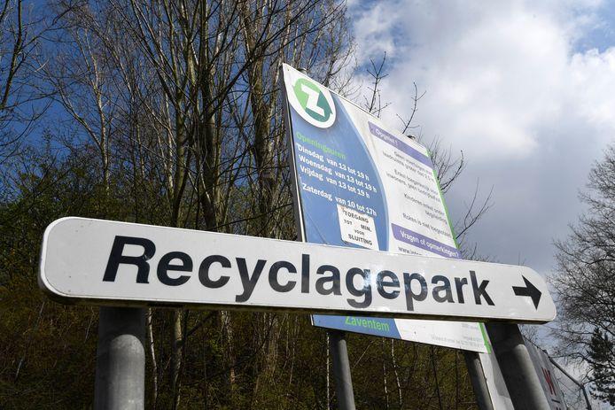 In het merendeel van de Vlaamse gemeenten gaan de recyclageparken morgen opnieuw open. Overal geldt de oproep aan de burgers om enkel te komen voor dringende zaken.