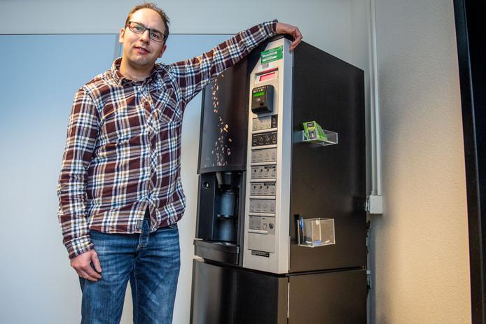 Onderzoeker Gerwin Hoogsteen, bij een koffie-apparaat op zijn afdeling. Hoogsteen doet onderzoek naar het stroomverbruik van de machine.