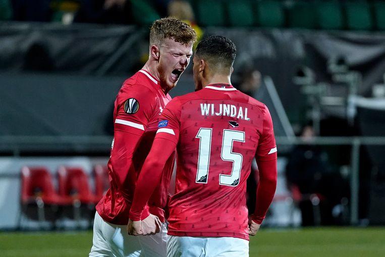 Ferdy Druijf van AZ Alkmaar viert met Owen Wijndal het resultaat tegen FK Partizan.  Beeld BSR Agency
