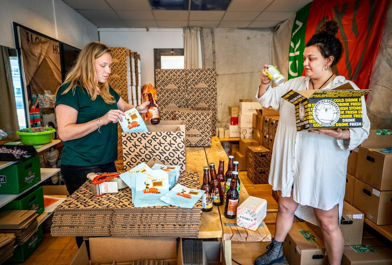 In Leiden worden Prins Pils Boxen ingepakt. Met bier van Leidse brouwers en inlogcodes voor een kroegentocht vanuit huis. Beeld Raymond Rutting / de Volkskrant