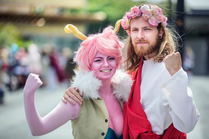 Myra en Sander als hun helden Jezus en Mina.