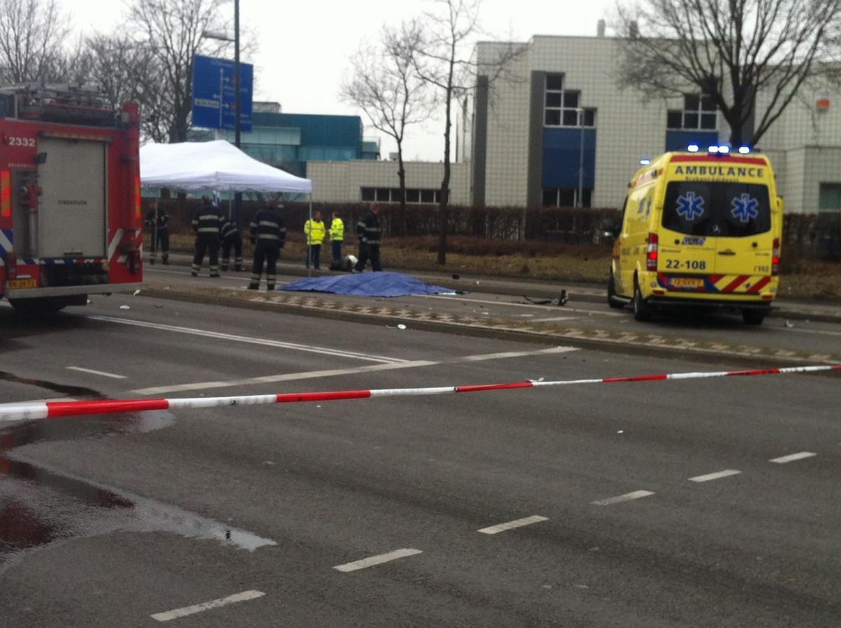 Bij het dodelijke ongeluk op de Noord-Brabantlaan/Welschapsedijk is een politieauto betrokken. foto Bert Jansen