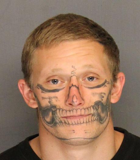 Gevangene met opvallende tattoo ontsnapt uit Amerikaanse gevangenis