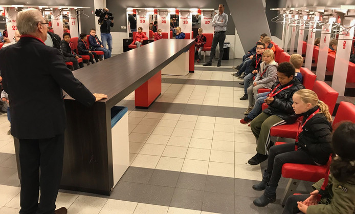 De kinderen kregen een rondleiding door het stadion