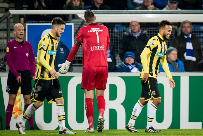 SC Heerenveen keeper Erwin Mulder protesteert bij scheidsrechter Mark Strijkert terwijl Lewis Baker de mannequin-challenge doet na de 0-1.