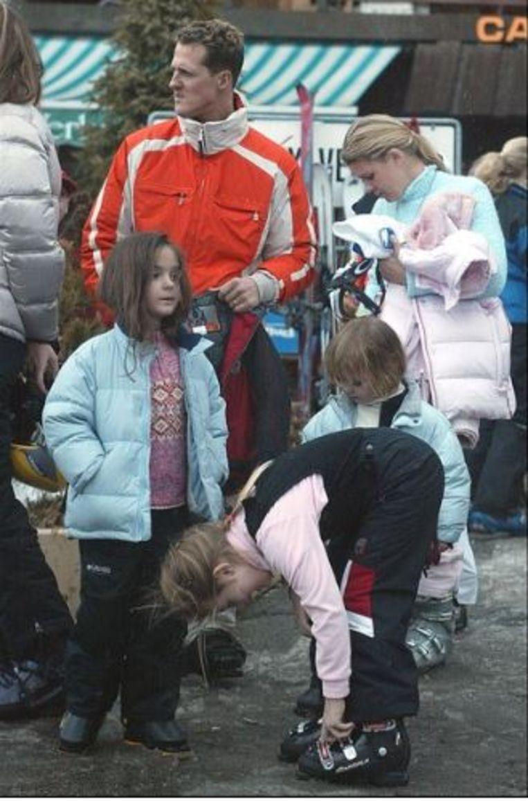 Foto uit 2004: Skifanaat Michael Schumacher samen met vrouw Corinna, dochter Gina Maria en zoon Mick in de Alpen.
