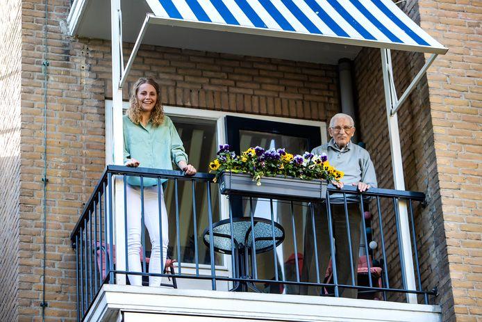 Ellen Klein Hofmeijer (23) en haar buurman Gerrit van der Vegt (93) in woon- en zorgcentrum Humanitas in Deventer. De studente helpt bewoners waar ze kan nu het zorgcentrum al weken op slot zit.