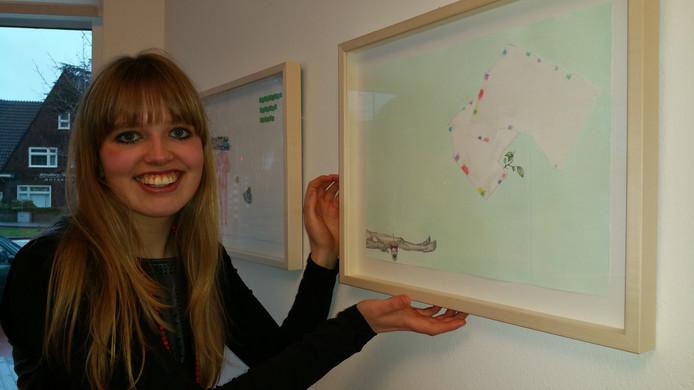 Martha Zink (26) bij het kunstwerk The Apparent Reality tijdens de tentoonstelling bij de Jan van Hoof galerie in Den Bosch.