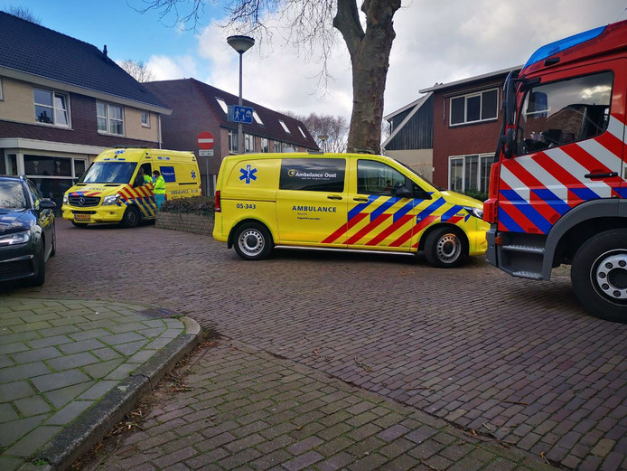 Ambulancepersoneel controleert bewoners van de woning aan de Javastraat in Hengelo