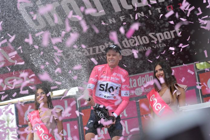 Chris Froome voor het eerst in de roze trui.